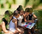 0-0-alg-groep_kinderen_leest_buiten