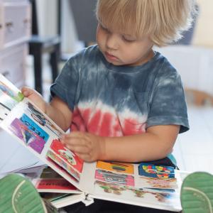 Kind leest boek